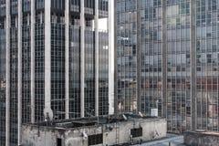 从一个商业大厦的顶端被看见的高办公室塔 免版税库存照片
