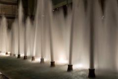 从一个喷泉的喷气机在新加坡在晚上 免版税库存照片