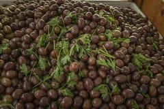 从一个地方农夫市场的新鲜的可口黑橄榄在西西里岛 免版税图库摄影
