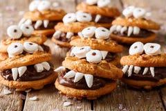从一个坚果曲奇饼的妖怪与巧克力填装的特写镜头 Hori 库存图片