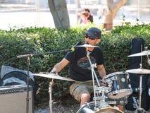 从一个小组的一位鼓手街道音乐家在特拉维夫,以色列演奏路人的音乐 免版税图库摄影