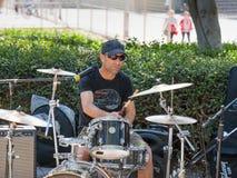 从一个小组的一位鼓手街道音乐家在特拉维夫,以色列演奏路人的音乐 免版税库存照片