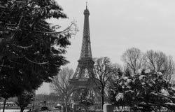 从一个庭院的黑白埃佛尔铁塔有光秃的树的在冬天,巴黎,法国 免版税库存照片
