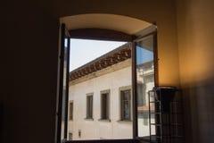 从一个开窗口的看法在中世纪大厦, Palazzo Vecchio,佛罗伦萨,意大利 免版税库存图片