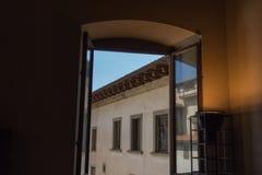 从一个开窗口的看法在中世纪大厦, Palazzo Vecchio 库存照片