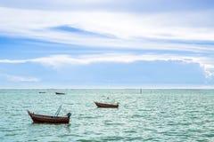 从一个惊人的美丽的海风景海滩的寄生虫的顶视图空中有绿松石的图象和小船浇灌 库存照片