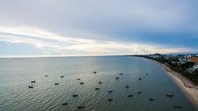 从一个惊人的美丽的海风景海滩的寄生虫的顶视图空中有绿松石的图象和小船浇灌 免版税库存照片