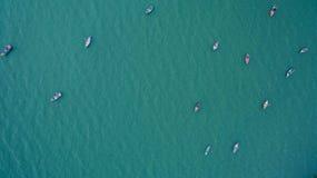 从一个惊人的美丽的海风景海滩的寄生虫的顶视图空中有绿松石的图象和小船浇灌 库存图片