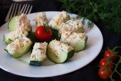 从一个新鲜的黄瓜的开胃菜用蟹肉、鸡蛋、乳酪和莳萝 免版税库存照片
