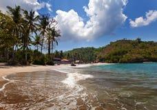 从一个沙滩的视图在山和海洋。 库存照片