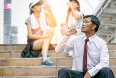 从一个瓶的商人饮用水在走以后 免版税库存照片
