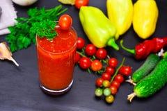 从一个红色蕃茄的汁液在玻璃 图库摄影