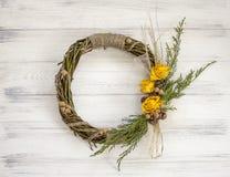 从一个藤的花圈与玫瑰 手工制造装饰 真正的枝杈花圈  库存图片
