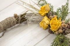 从一个藤的花圈与玫瑰 手工制造装饰 真正的枝杈花圈  免版税图库摄影