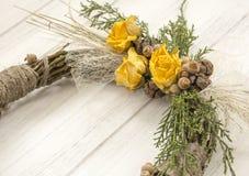 从一个藤的花圈与玫瑰 手工制造装饰 真正的枝杈花圈  库存照片