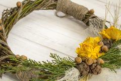 从一个藤的花圈与玫瑰 手工制造装饰 真正的枝杈花圈  免版税库存照片
