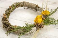 从一个藤的花圈与玫瑰 手工制造装饰 真正的枝杈花圈  免版税库存图片