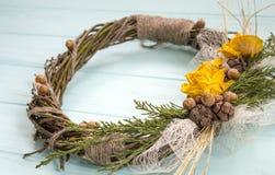 从一个藤的花圈与玫瑰 手工制造装饰 真正的枝杈花圈  图库摄影