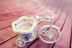 从一个藤的装饰自行车与花 免版税库存照片