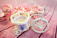 从一个藤的装饰自行车与花 库存照片