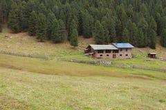 从一个避难所的农村场面有在登上中的光致电压的盘区的 免版税图库摄影