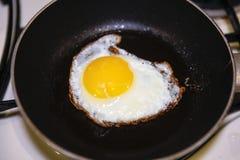 从一个鸡蛋的炒蛋在平底锅 免版税库存图片