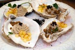 从一只牡蛎的奶油甜点用菠萝和面包片在一个水槽的在有冰的一个盛肉盘 免版税库存照片