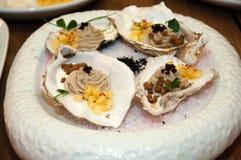 从一只牡蛎的奶油甜点用菠萝和面包片在一个水槽的在有冰的一个盛肉盘 图库摄影