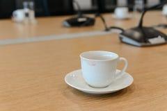从一名妇女的唇膏污点陶瓷咖啡杯的 库存图片