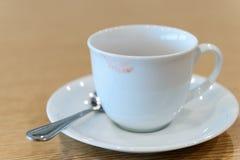 从一名妇女的唇膏污点陶瓷咖啡杯的 图库摄影