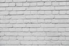 从一块白色砖的墙壁与一规则放置 库存照片