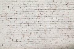 从一块白色砖的老墙壁与一规则放置 免版税库存图片