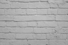 从一块白色砖的老墙壁与一规则贮藏 水平 免版税库存照片