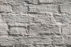 从一块白色砖的老墙壁与一规则贮藏 免版税图库摄影