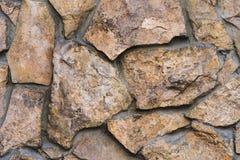 从一块自然石头的石工在街道 免版税库存照片
