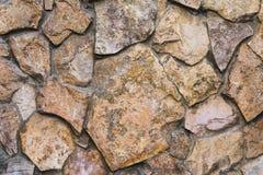 从一块自然石头的石工在街道 免版税库存图片