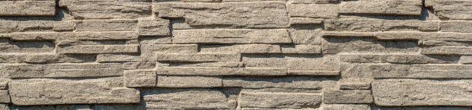 从一块轻的现代石头的一个样式 狭窄的多孔石头墙壁  免版税库存照片