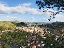 从一座山的村庄视图在莱茵河流域Pfalz地区 库存照片