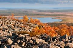 从一座山的顶端视图在一个湖在拉普兰 图库摄影