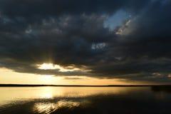 从一朵云彩的阳光在秋天天空 库存图片