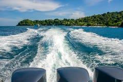 从一条小船的一串美丽的泡沫似的足迹有三个强有力的引擎的,留下从珊瑚酸值香蕉海滩他海岛,泰国 库存照片