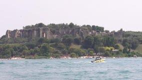 从一条小船的格罗泰di Catullo -加尔达湖在航海时 股票录像