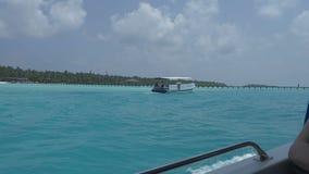 从一条小船的看法在有白色沙子和天蓝色海洋的一个热带海岛上 股票视频