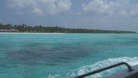 从一条小船的看法在有白色沙子和天蓝色海洋的一个热带海岛上 影视素材