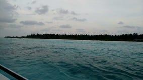 从一条小船的看法在有白色沙子和天蓝色海洋的一个热带海岛上 股票录像
