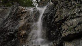 从一条山河的小瀑布低山的 在石头的强有力的射流 4K 影视素材
