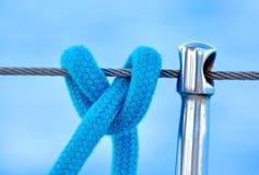 从一条蓝色绳索的结在风船 免版税图库摄影