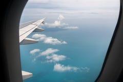 从一架飞机的看法在一架飞机和积云的翼在海 库存图片