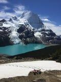 从一次长的远足用尽的一个年轻远足者,但是冰山L看法  免版税库存图片