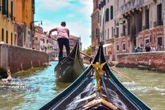 从一艘长平底船的第一人景色在威尼斯 免版税库存照片